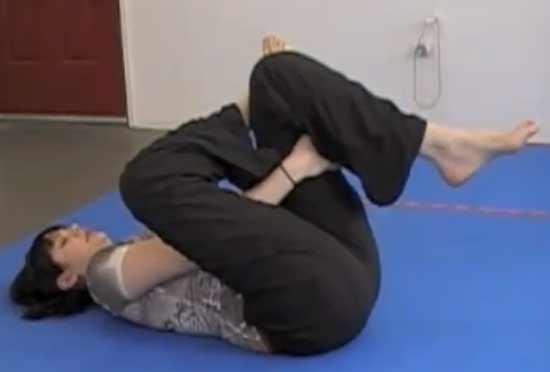 Alongamento do músculo piriforme e glúteos: deitado coloque o pé em cima de um joelho e traga o joelho com o pé apoiado para perto do corpo