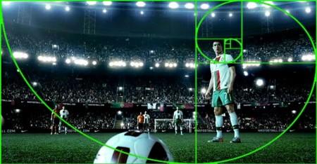 Exemplo de boa composição de foto - Note como jogador principal que vai bater a foto, a bola e os outros jogadores estão dispostos de uma forma a chamar atenção do momento de tensão que e o chute de bola parada