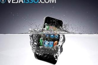 O que fazer se celular caiu na água - Salvar celular molhado usando esses 8 passos