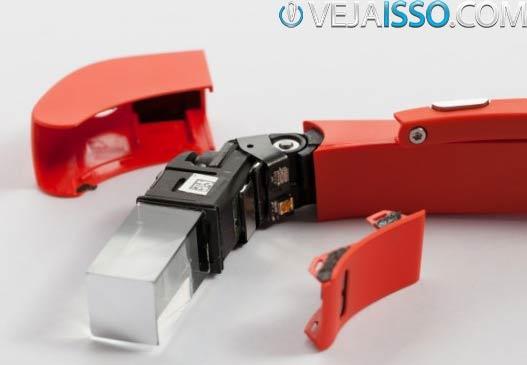Detalhes do Visor do Google Glass com o projetor e o ajuste para o ângulo da visão