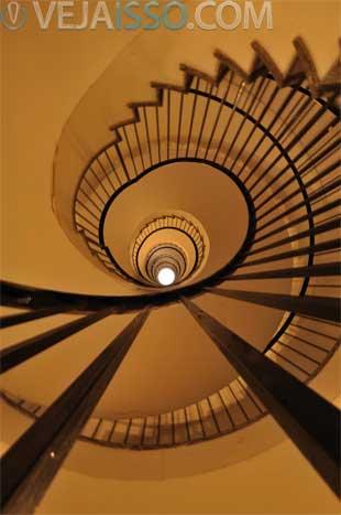 Ponto de vista, ângulo e posicionamento são fundamentais para passar sua mensagem - no exemplo o ponto de vista passa a imensidão das escadas circulares